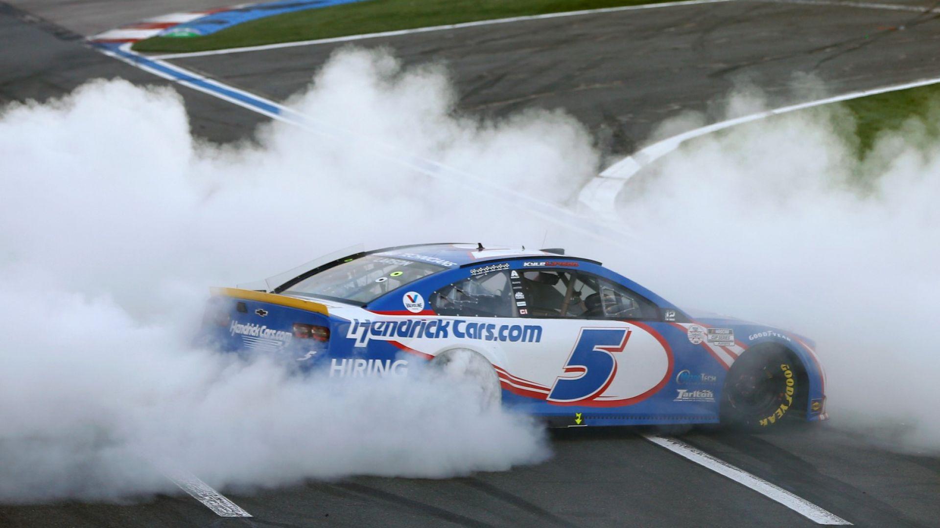 Катастрофа за отмъщение и обиди между асове от NASCAR пред очите на Агент 007